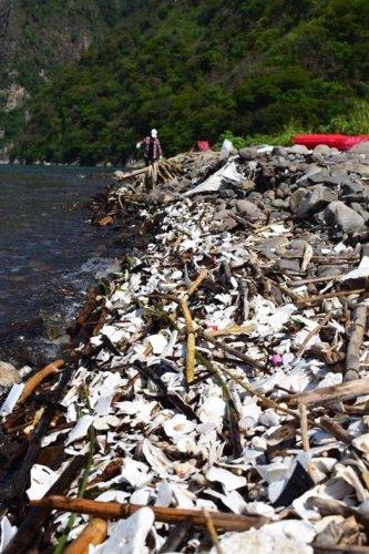 Comunitarios y jóvenes voluntarios limpian la desembocadura del río Quiscab