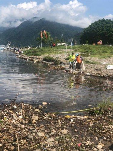 Coordinación interinstitucional permite la extracción de desechos a orillas del lago Atitlán