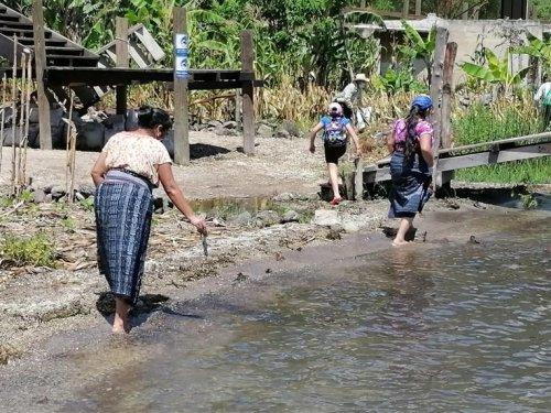 Población de San Juan la Laguna contribuye con el saneamiento ambiental de su municipio