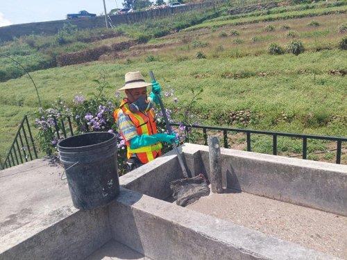 Entrega de equipo de protección personal a operarios de la Planta de Tratamiento de Aguas Residuales del Barrio San Antonio, Sololá